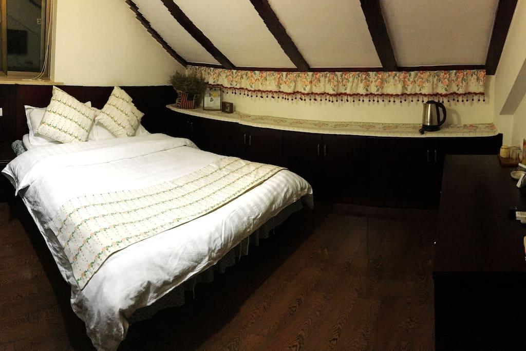 家庭房的其中一间1.5米床