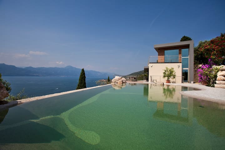 Apartment with amazing infinity-pool and view