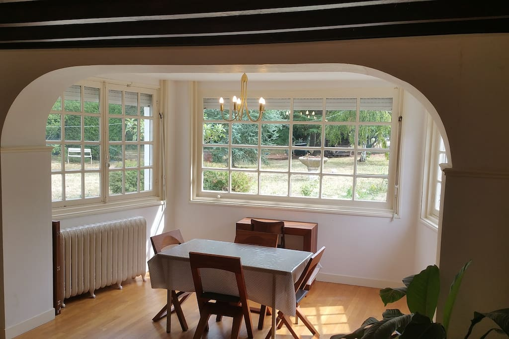 Bow window du salon avec vue sur le jardin