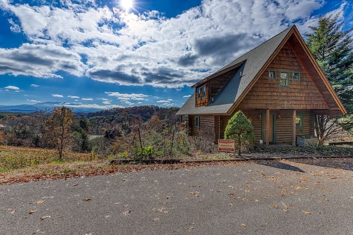 Charming log cabin with private hot tub, pool table, and mountain views!