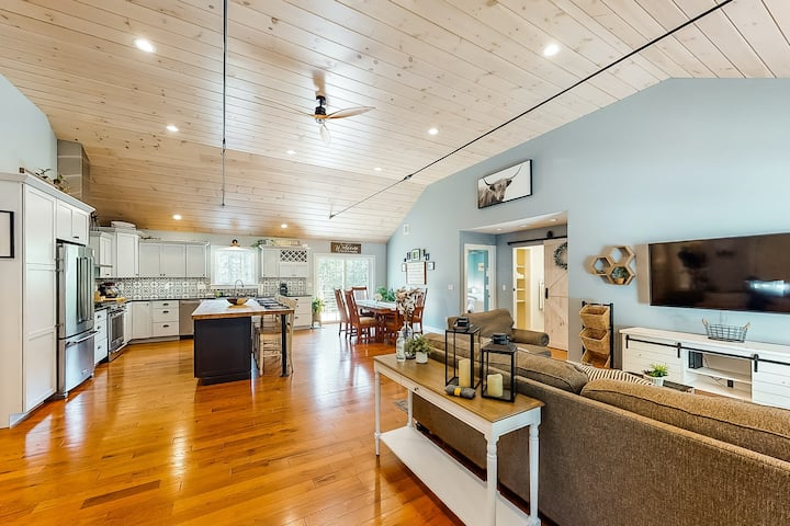 New listing! Modern house w/ a gourmet kitchen in a great location by the ocean
