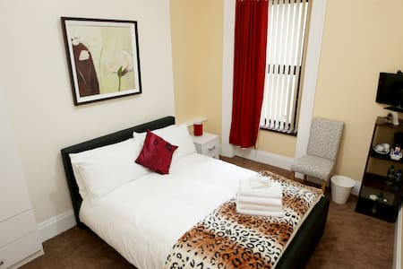 Double room with shared bathroom- Bridge B&B - Londonderry