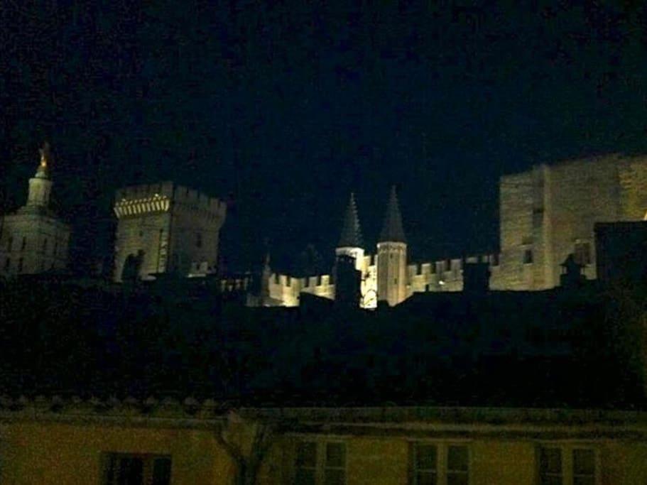La fenêtre de l'appartement a vue sur le Palais des Papes / View from the window