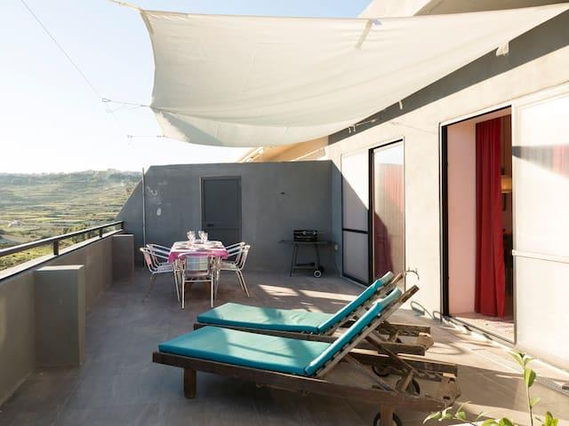 Seaside penthouse, stunning views, Marsalforn Gozo