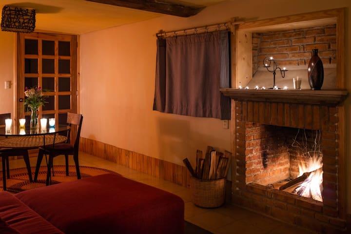 La chimenea te permite calentar la cabaña en noches frías.