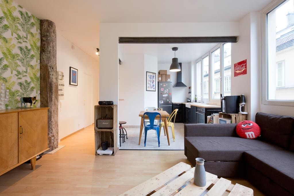 Living room and kitchen / Salon et cuisine