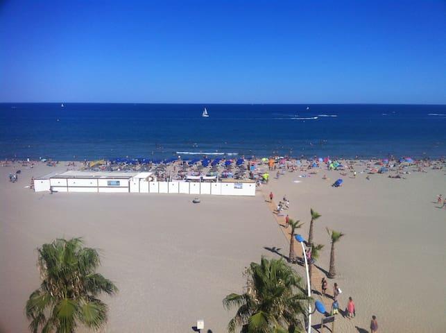 La plage en été. Vue sur le club de plage