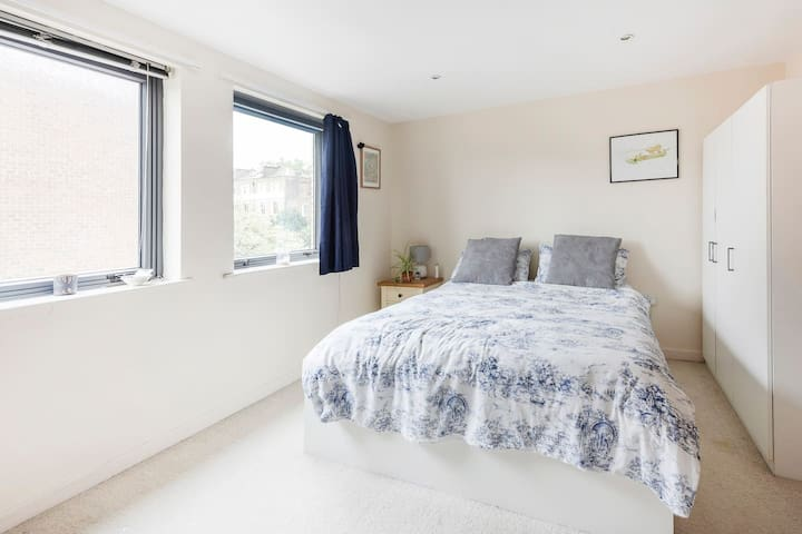 Bright, airy room, 5 minutes from tube