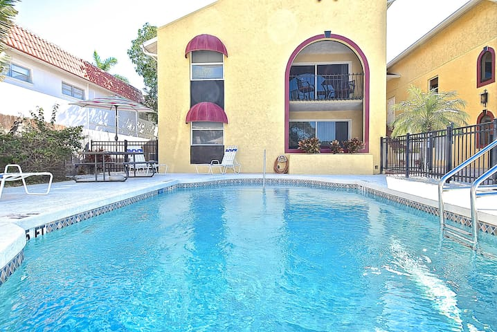 Dec 8 - 22  available! 2 min. drive to Siesta Key!