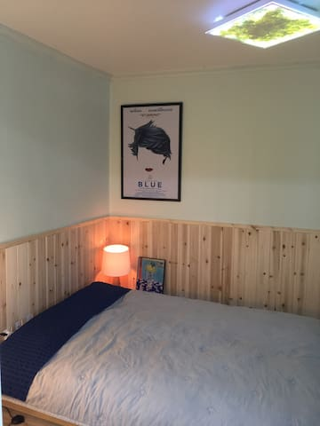 가장 따뜻한 색, 블루 컨셉으로 꾸친 침실. 퀸 사이즈의 천연 라텍스+원목 침대 프레임+순면 토퍼.