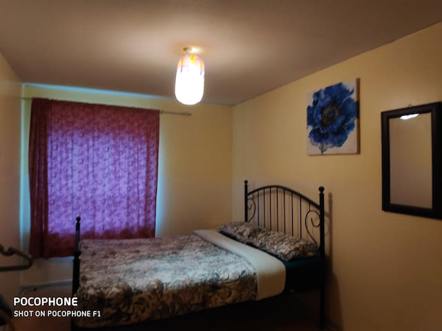 Simple room near Buchanan bus and Queen St for 2