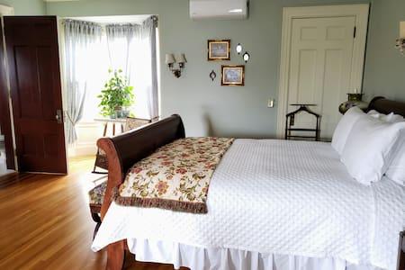 Kingsford Higgins B&B, Private Bedroom & Bath