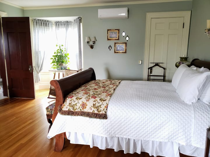 Kingsford Higgins B&B, Spacious Bedroom & Bath