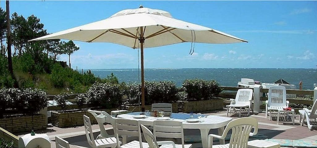 Villa on one level with a magnificent terrace, 20 m from the beach