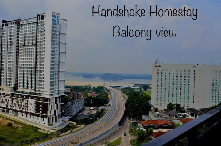 Handshake Homestay@Citywood SEA & Singapore View