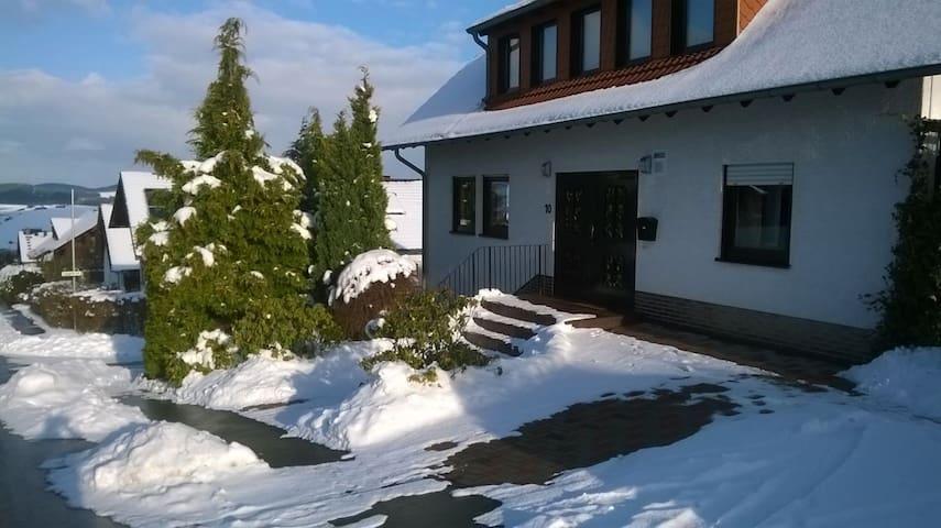 Moderne Ferienwohnung nähe Winterberg für 1-8 Pers - Bromskirchen - Daire