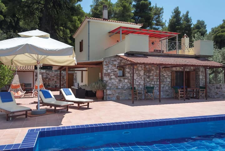 3 bed Stone villa, 15 min drive to seaside town