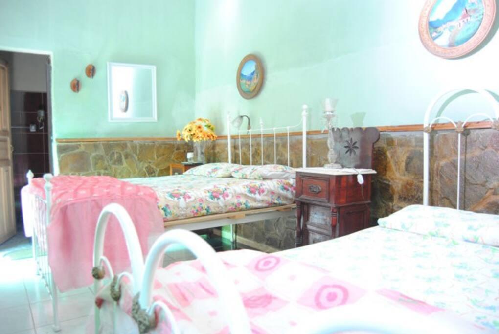 Habitación 2, muy amplia con baño interior privado y 2 camas matrimoniales