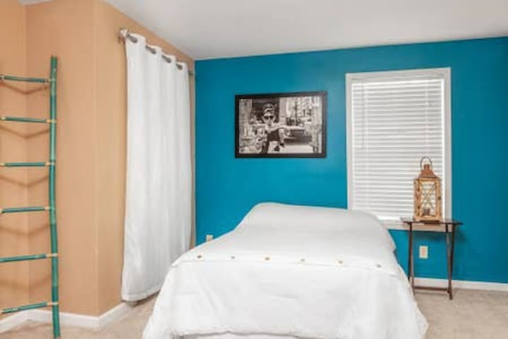 Downtown Bungalow Pet Friendly for up to 10 guests