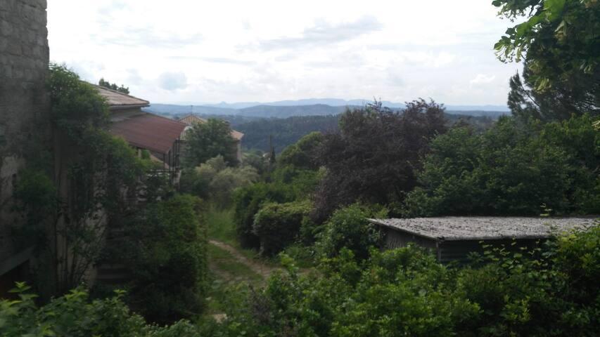 View from garden / Vu a partir du jardin.