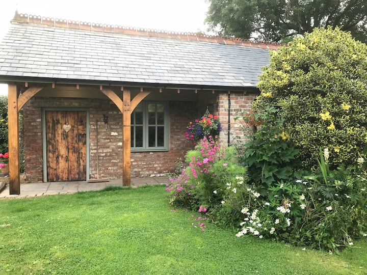Luxury oak cottage with hot tub - rural bliss!