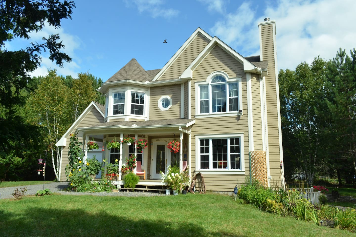 Family Villa, Up to 9 Guests, Close to Bike Trail and Down town Mont Tremblant and Village.
