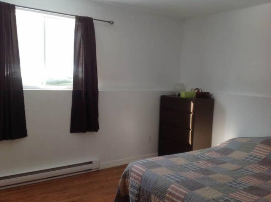 2 chambres assez grande pour lit double et bureau de travail