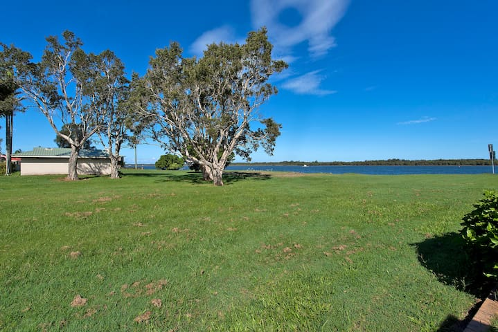 What a great location on the river. - Ballina - Leilighet