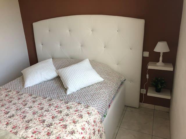 2nd  chambre avec placard, possible de mettre le lit bébé ou lit pliant 1 personne ou matelas gonflable deux places  Lit coffre