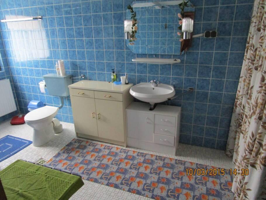 Eigenes Bad mit Dusche, WC und direktem Zugang aus dem Schlafraum