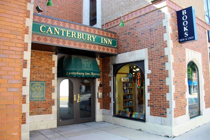 Canterbury Inn - king bed, private bath