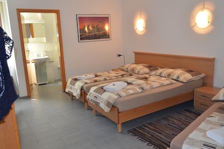 Don Camillo Gästehaus - 3 Bett-Zimmer - Hörhausen - Bed & Breakfast