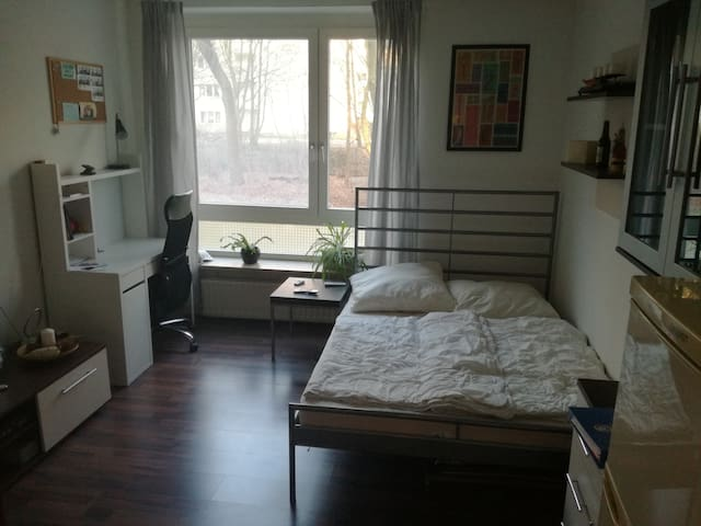 Small Room with own bathroom in Hamburg Eppendorf - Гамбург
