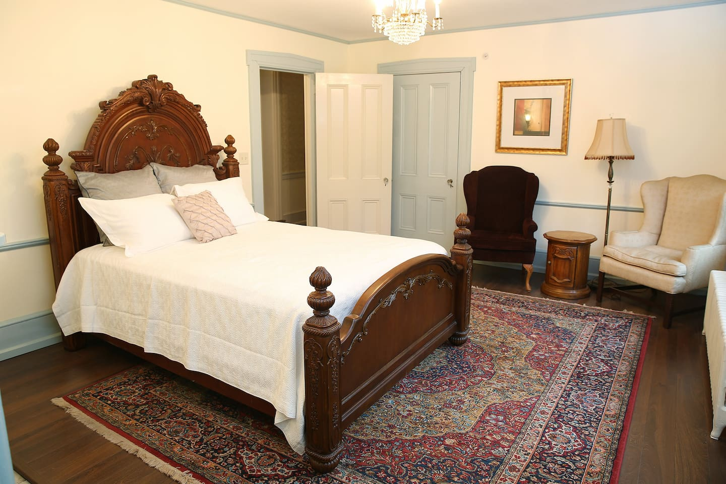 Ornate queen size bed with sitting area, Netflix, WiFi and seasonal window air-conditioning.