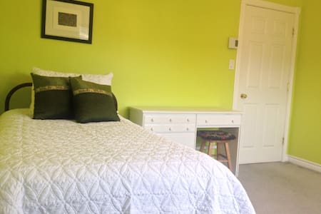 Bright bedroom in lovely townhouse. - Fredericton