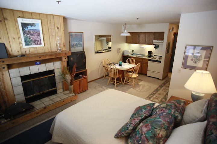 Short Walk to Resort & Village, Hot tub, Kitchen!