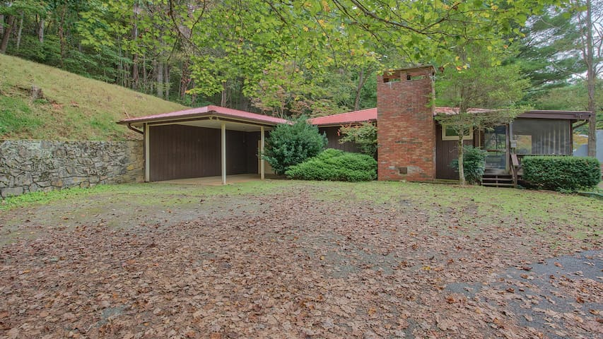 Cottage w/View, Firepit, Fenced Yard, Screen Porch