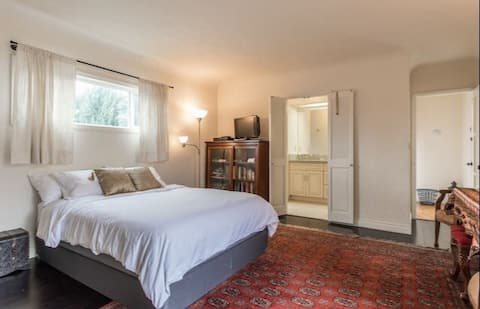 Cozy and Modern Stay in Burbank