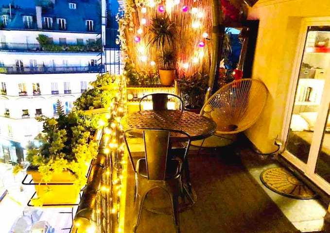 Flat and huge balcony in a true center of paris!