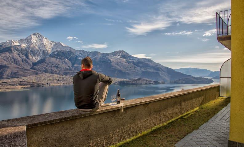 Intima casetta GIALLA con stupenda vista lago - Aurogna - Stadswoning