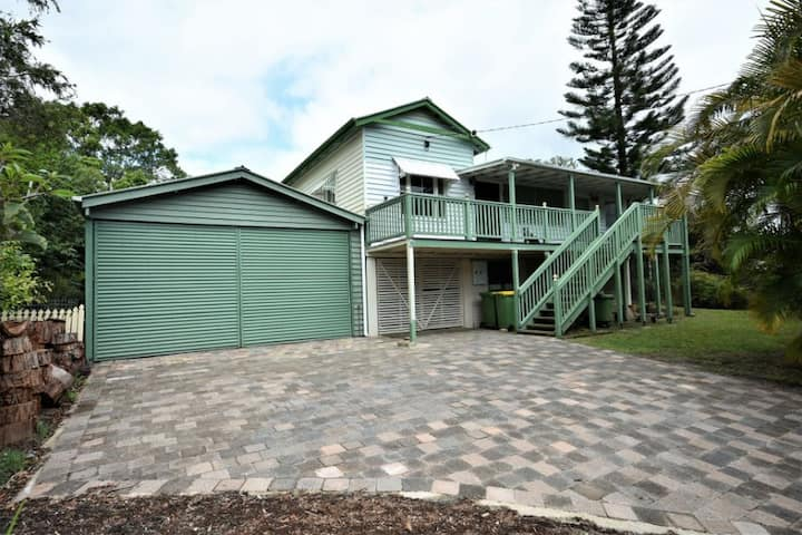 Stockmans family home. 15km from Aust Zoo/beaches.