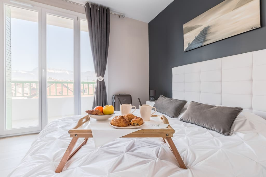 Chambre spacieuse, très lumineuse avec soleil le matin et donnant sur le balcon. Grand placard avec ceintres. Spacious room,very bright,with sun in the morning and access to the balcony.Large closet with hangers.