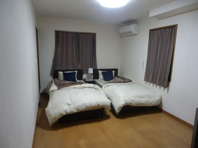 ♥宿.comeすみよか:Room C♥2人部屋、シャワールームの浴室、キャナルシティまで徒歩で5分、