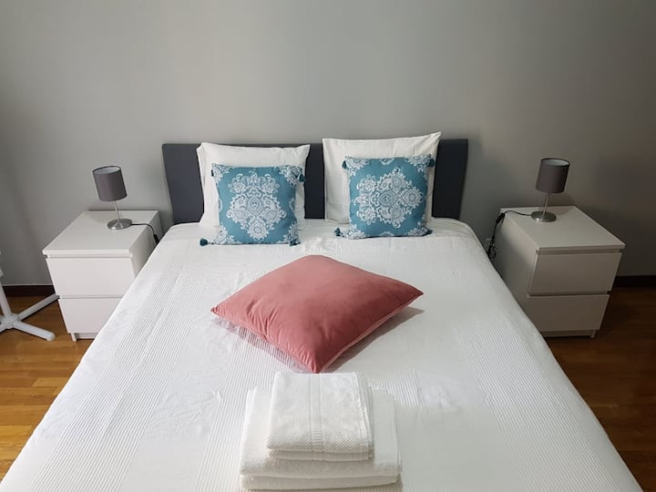 Central Suite Cosy Bedroom with Private Bathroom