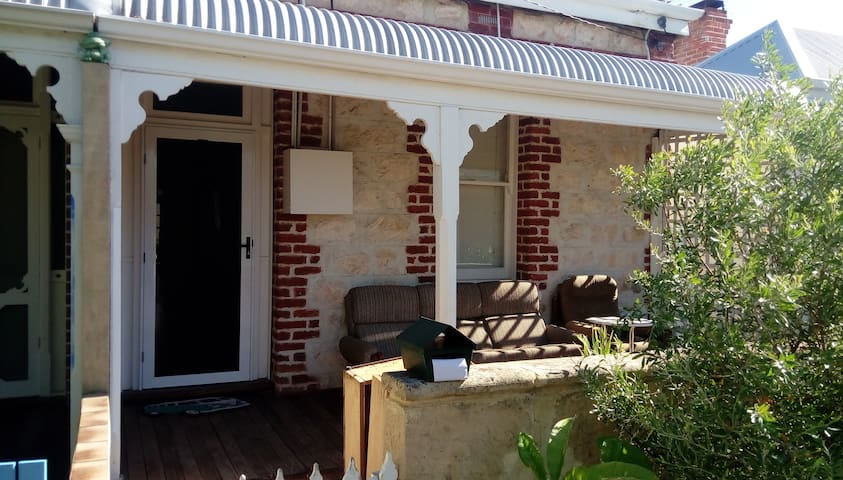 Cute Fremantle Cottege, Great location - South Fremantle - House
