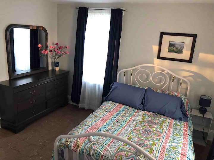 Two bedroom apartment minutes to downtown