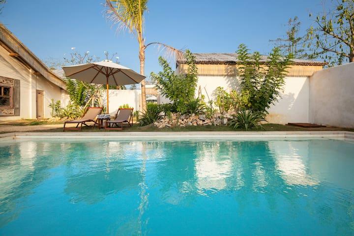 Stunning Villa, pool, walk to Beach