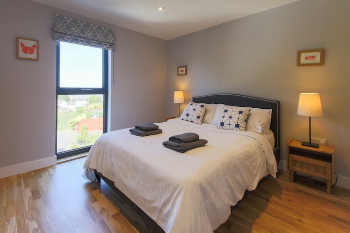 An Howl - Double ensuite bedroom 2 with sea views