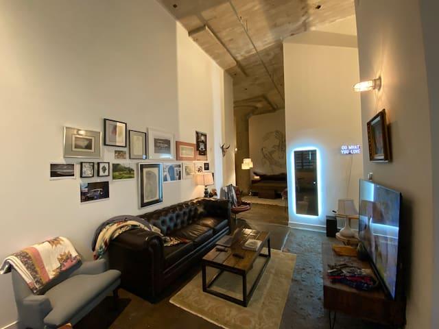 Deep Ellum Loft w/IndustrialMid-Century Styling