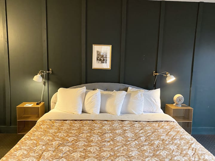 Vinchester Inn ★ Balcony, King Bed, Private Bath, Downtown Boutique Hotel, Room ⓸